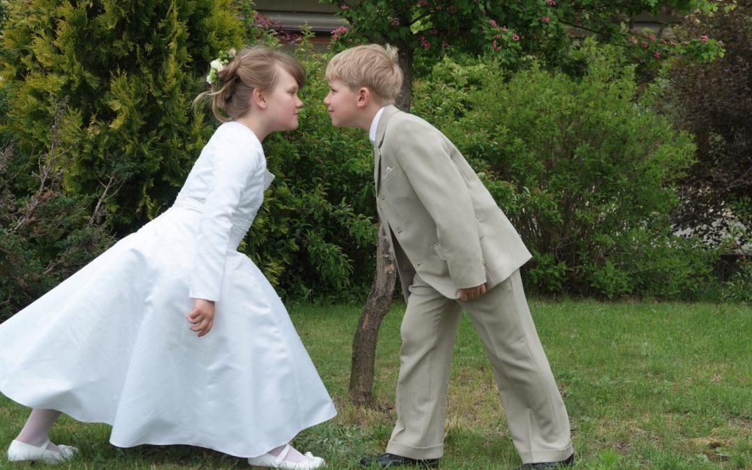 Niños besandose en la fiesta de la comunion