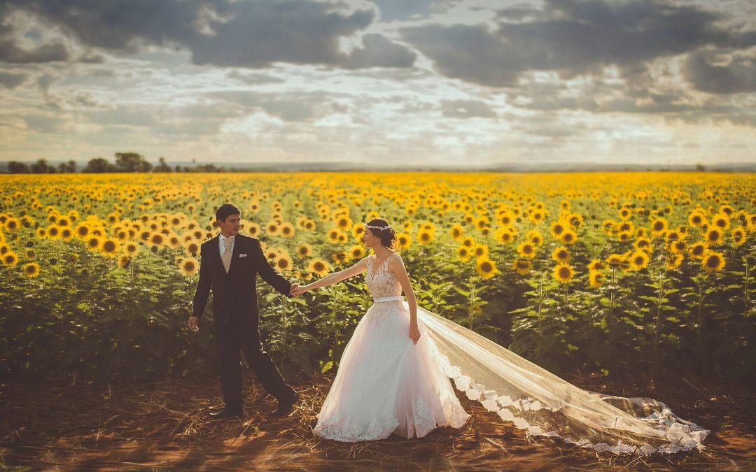 Tendencias en vestidos y complementos de novias y novios 2020