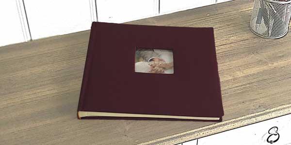 Album de color granate para colocar las fotos que se hacen en el fotomatón
